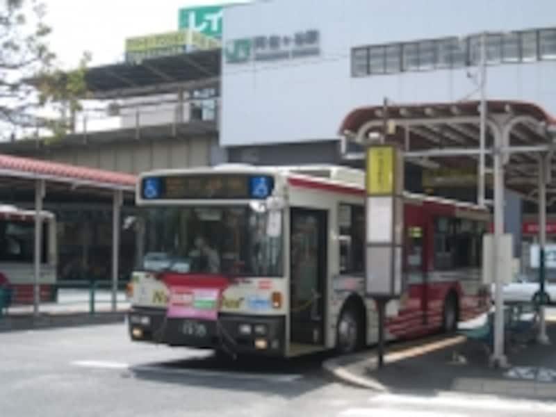 中央線阿佐ヶ谷駅からは中村橋、練馬など西武池袋線駅へのバス便が豊富。途中で鷺ノ宮など西武新宿線の駅を通過する