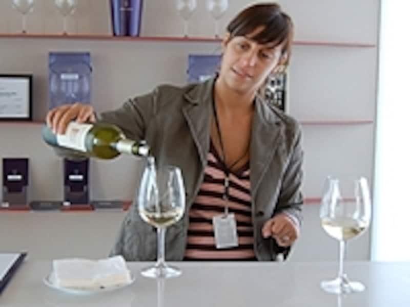 ワイナリー見学ではワインの試飲もできる