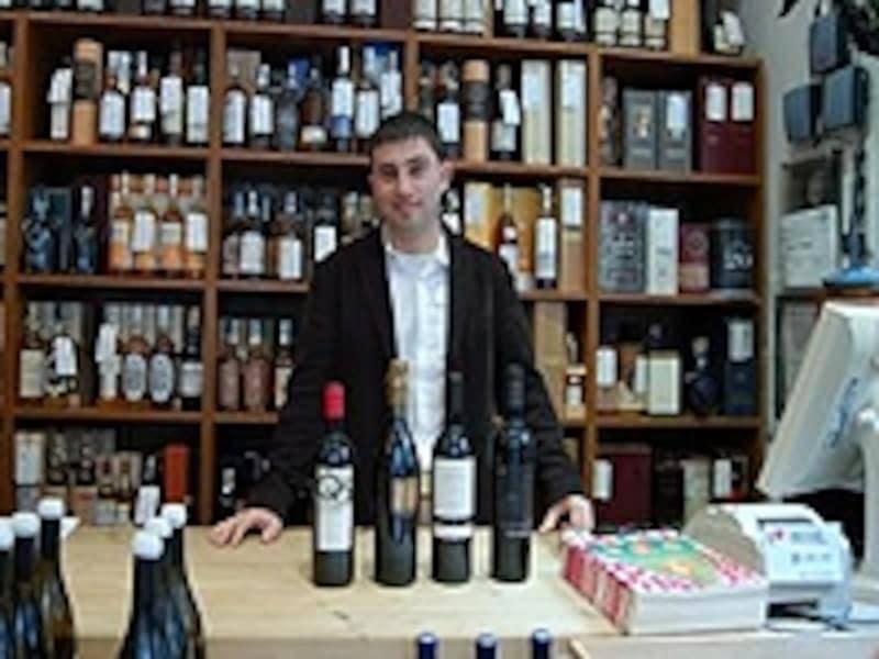 店内にワインがびっしり並ぶヴィラヴィニテカ