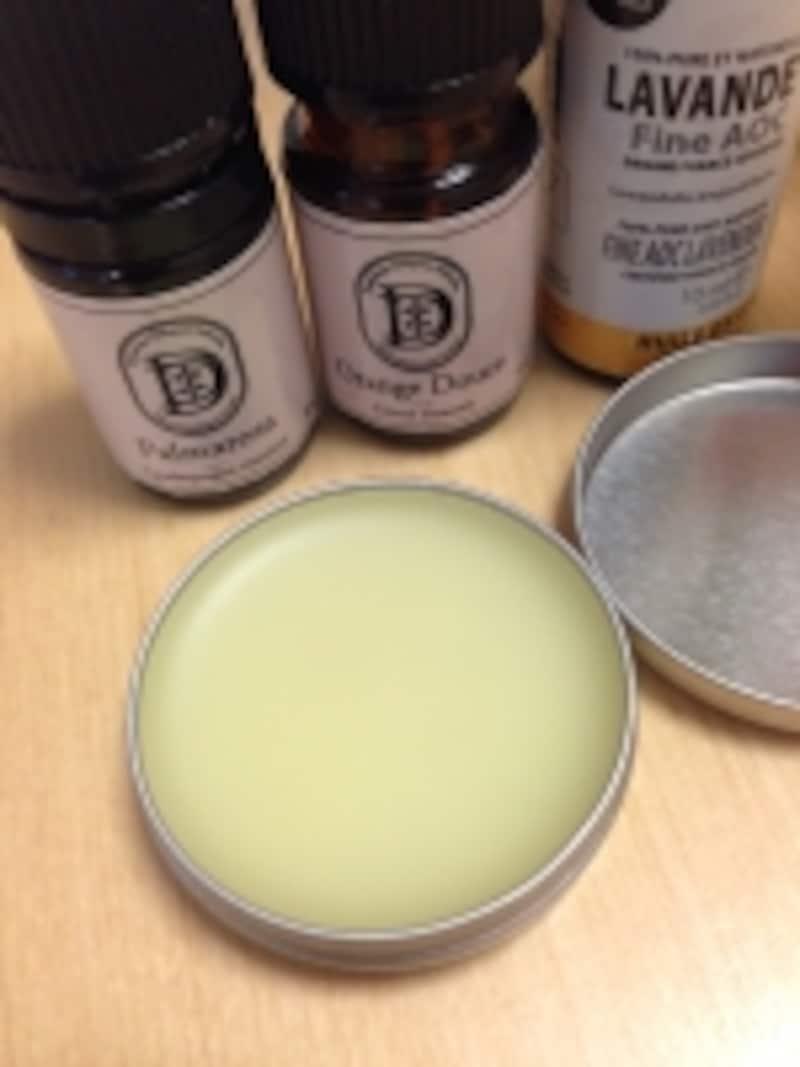 ブリキ缶に入れて手で塗れるタイプはネイルクリームとしても使えて便利です