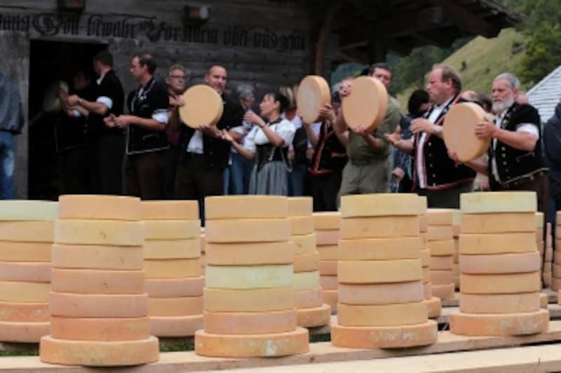 ユスティ谷のチーズ出しバケツリレー