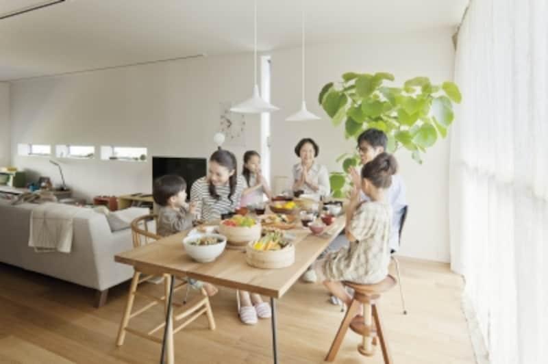 二世帯住宅に暮らす子どものいる共働き子世帯にとって、同居する親世帯が心強い存在となっているようです