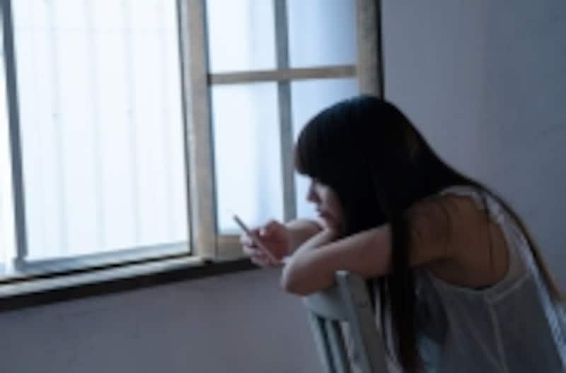 スマホいじりは下を向くので、暗い表情を作りやすい。いじり過ぎに要注意!