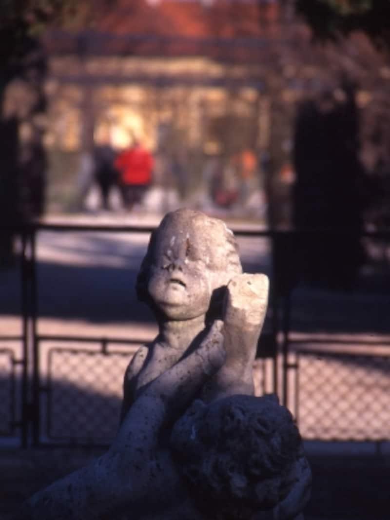 夕暮れを告げる庭園の石像の画像undefined
