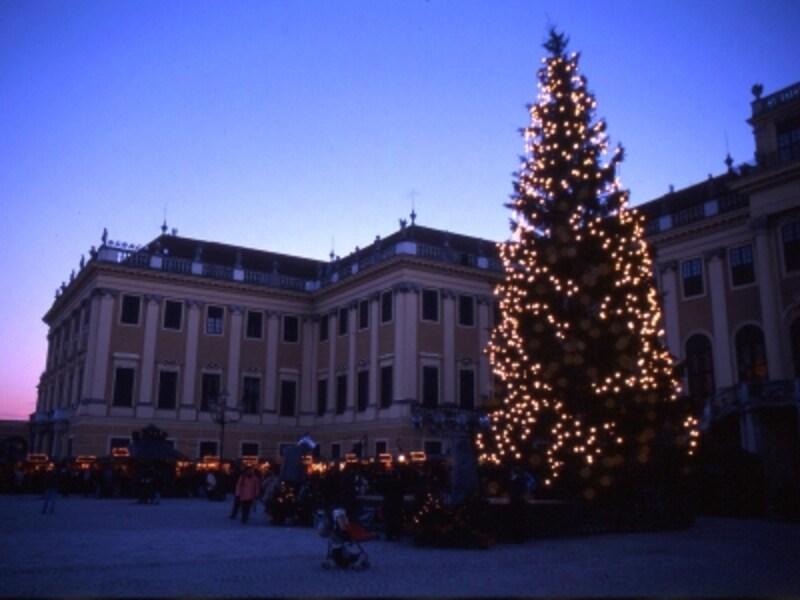 宮殿前のクリスマス市の風景画像undefined
