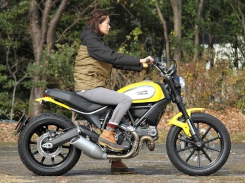 身長168cmのモデル落合恭子さんによる足着き検証