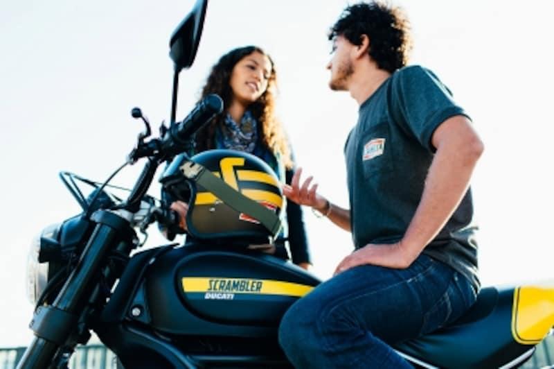 ジェットヘルメットにゴーグルというダートスタイルがスクランブラーには似合いますね