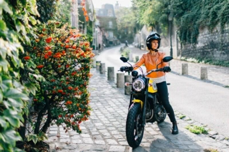 スクランブラーに乗る女性ライダーが街中を颯爽と駆け抜ける……そんなシーンが日常となるかも
