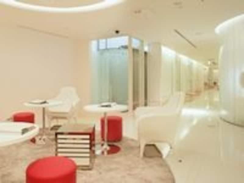 施術はオール完全個室。白く美しい空間に気分も盛り上がります!