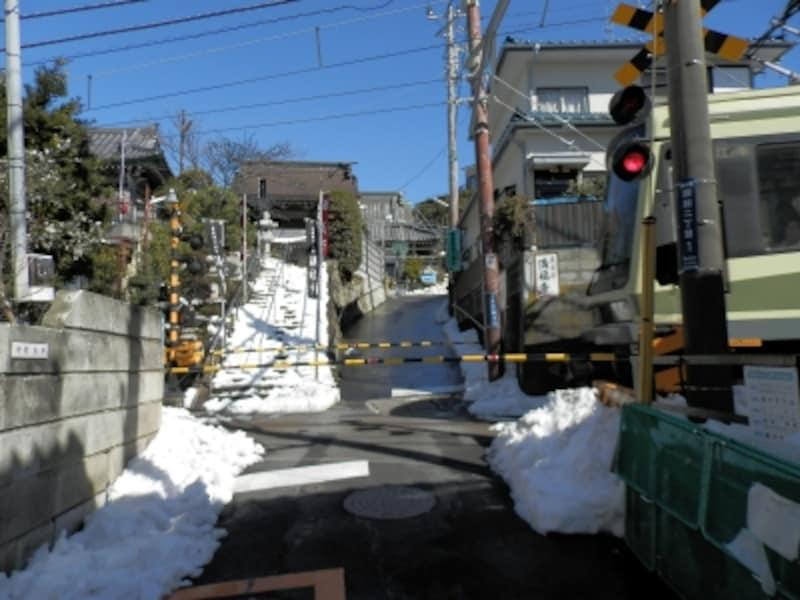 江ノ電の踏切と満福寺