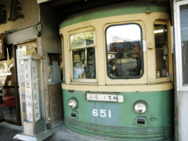 江ノ電の車体がはめこまれた扇屋のお店
