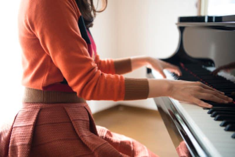 ピアノ演奏会で着る衣装選びのポイント!ドレスの注意点は?