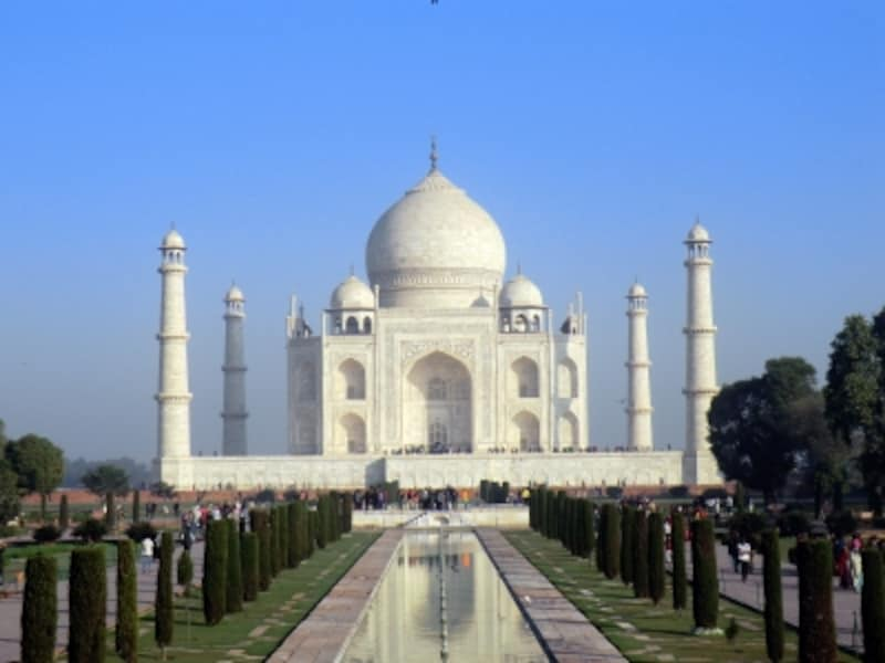 ムガル皇帝シャー=ジャハーンが亡き愛妃ムムターズ=マハルのために建てた白亜の廟、タージ・マハル。その完璧なシンメトリーは世界一美しいとさえいわれ、他に類を見ない。23年の月日と膨大な国費捻出によってその後のムガル帝国衰退の一因となったが、幾世代を経ても色あせない人類の美の結晶がこの世に残されることとなった。