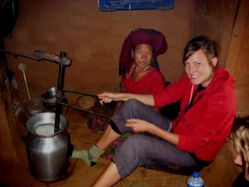 農村の民家にてバター作りに挑戦