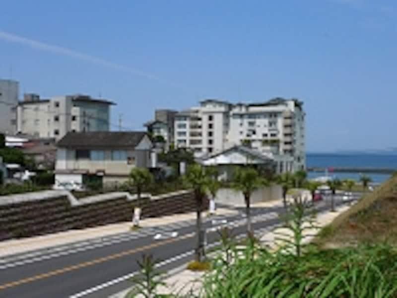 写真中央は老舗宿「旅館吟松」。ビル旅館ながら繊細な和風情緒を併せ持つ