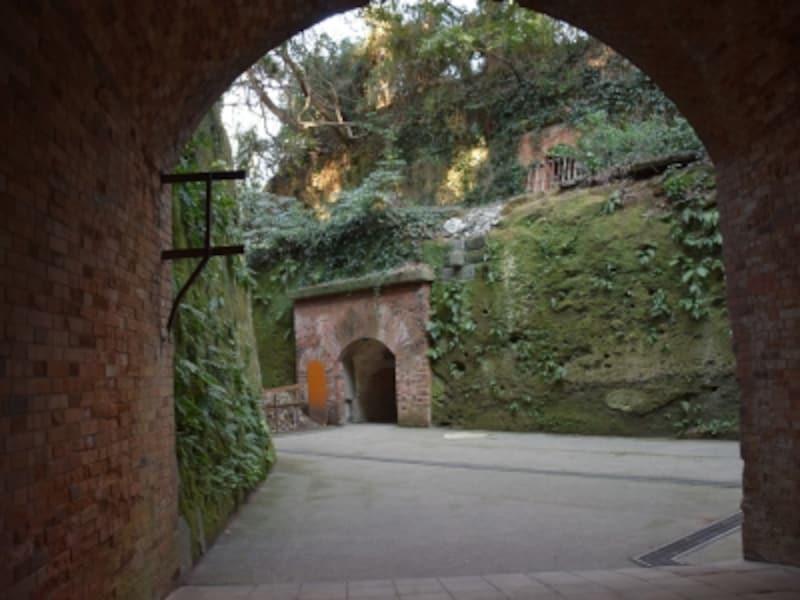 『天空の城ラピュタ』の廃墟にそっくりと評判の「猿島」の要塞遺跡