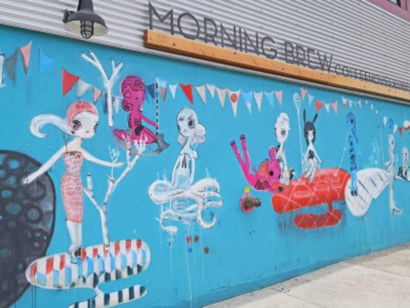 ソルトの外壁と施設内にもウォールアートが点在している