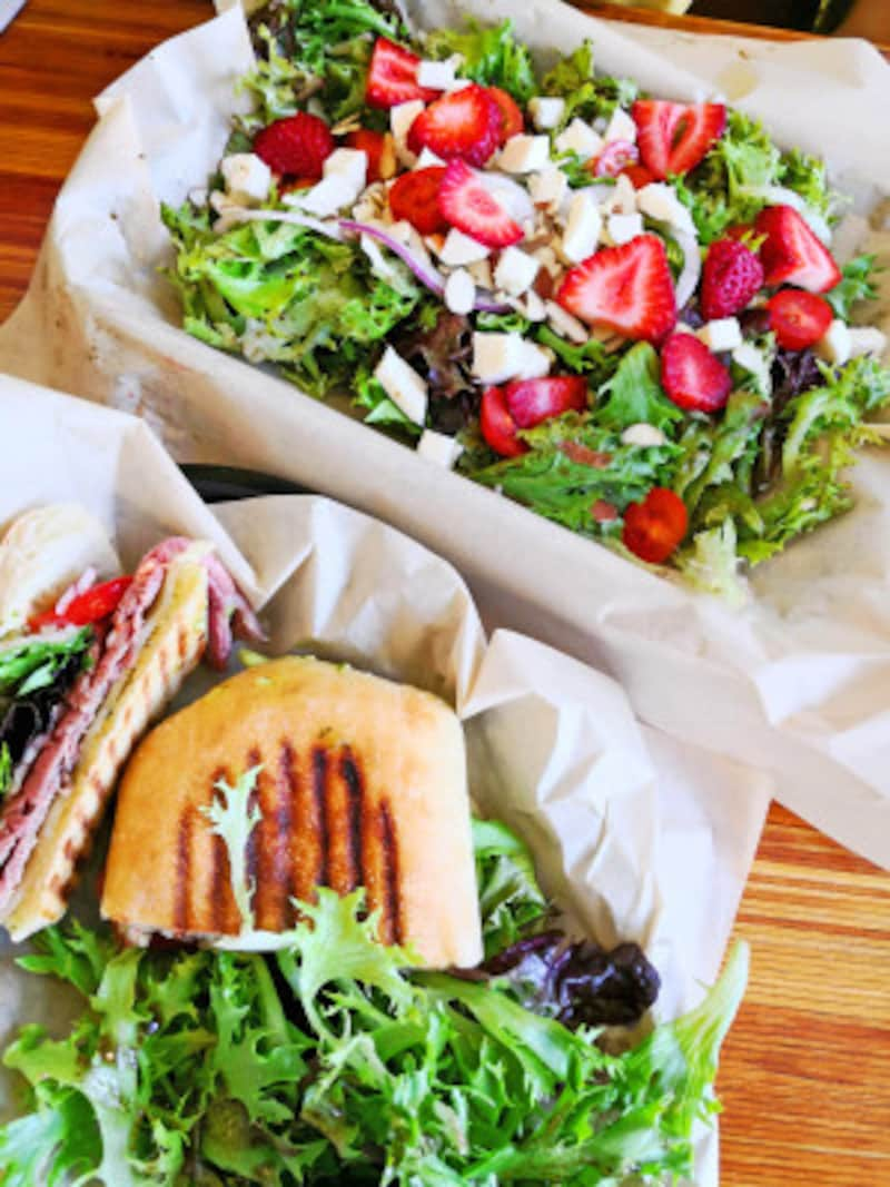 ナル・ヘルスバー&カフェのイチゴとモッツァレラが入ったナルサラダは美味