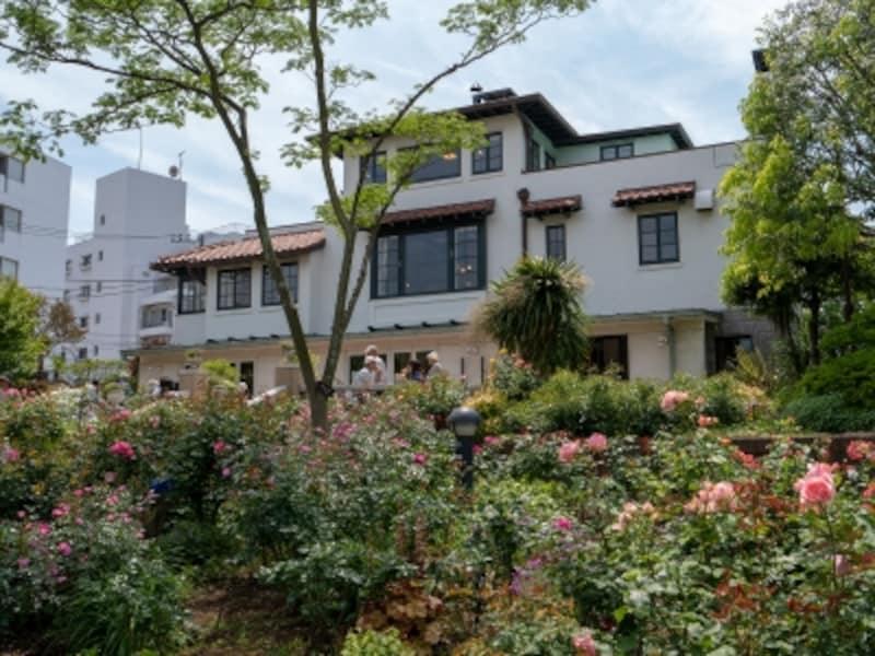 山手111番館裏庭は水路が設けられ、起伏のあるガーデン(2018年5月11日撮影)