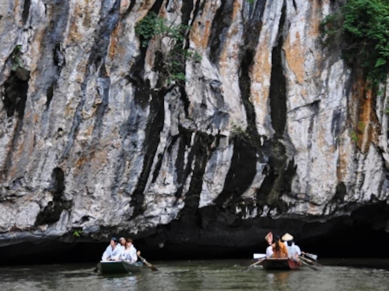 タムコックの洞窟を抜ける