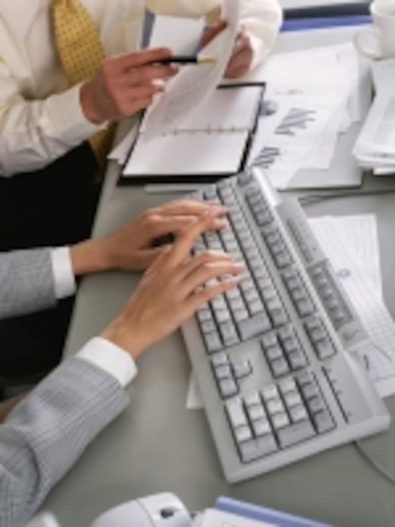 弔電をインターネットで申し込む人が増えています。クレジットカード払いに対応しているので便利です。