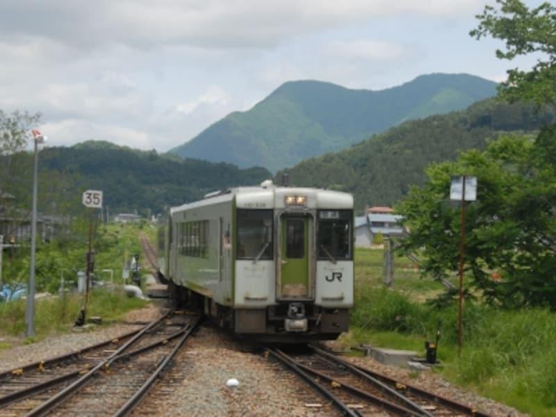 替佐駅に到着する長野行き列車