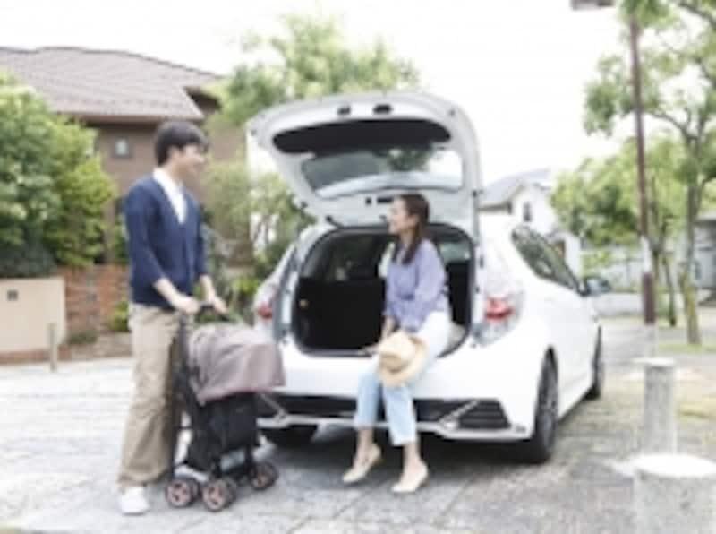 車に乗る夫婦