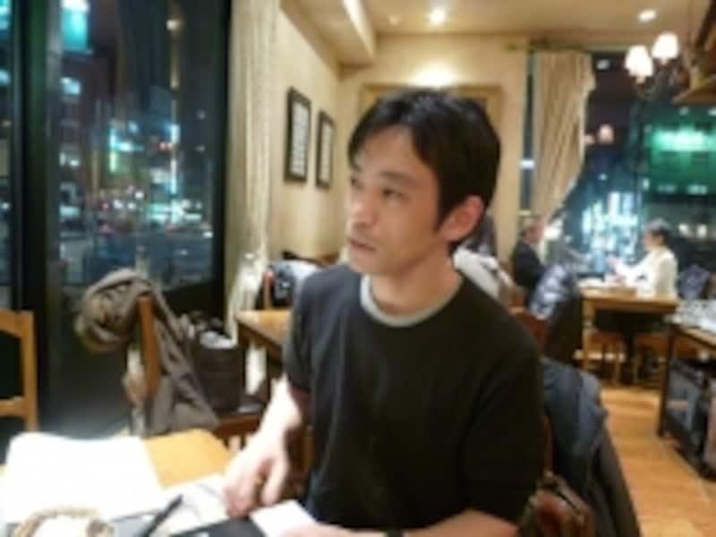 佐賀県出身、大阪大学卒業後、メーカーの調達部門に配属される。調達・購買、原価企画を担当。バイヤーとして担当したのは200社以上。コスト削減、原価、仕入れ等の専門家としてテレビ、ラジオ等でも活躍。