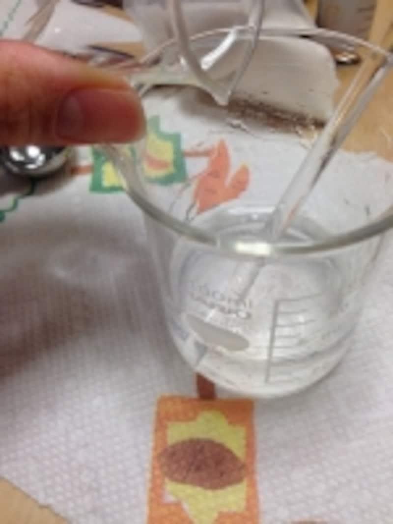 精製水のジェルに精油を希釈した無水エタノールを注ぐと少し白くなります
