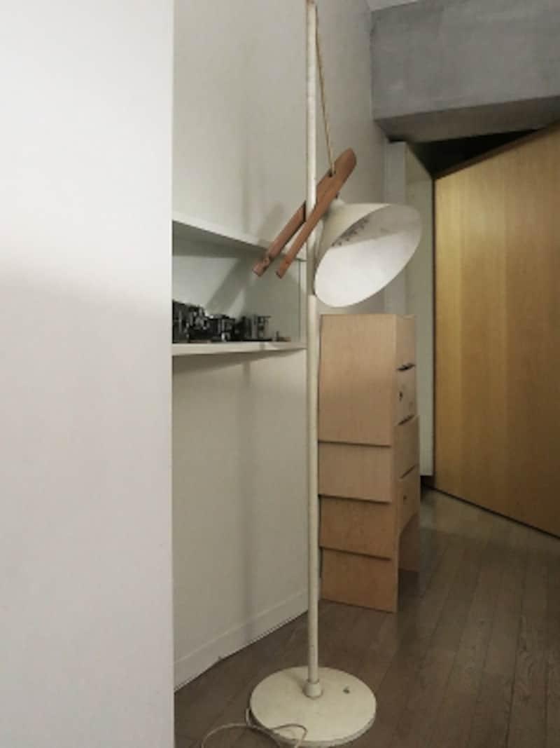 事務所に鎮座したレトロなフロアランプの画像