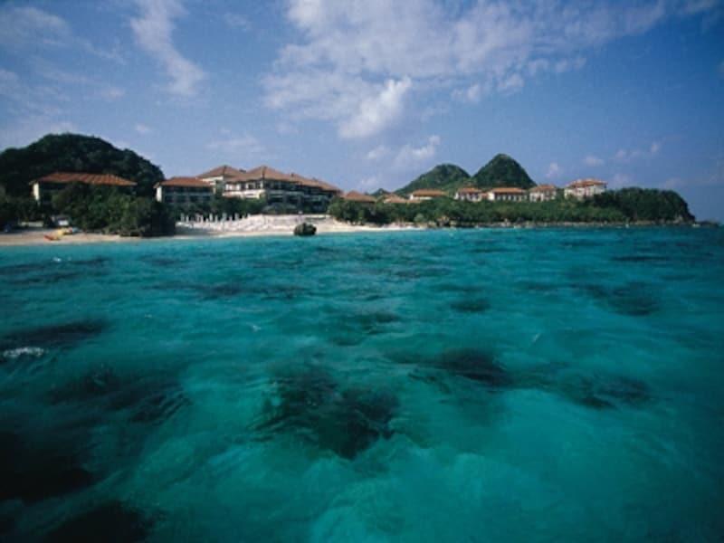 石垣島のコバルトブルーの海から眺めたクラブメッドカビラ