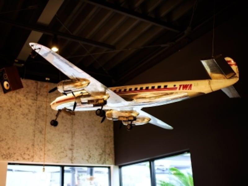 飛行機のオブジェは、「旅」をキーワードにさまざまな書籍や雑貨が集合していた246CAFEBOOKの書店の天井に飾られていたもの。青山一丁目での10年の記憶を伝えます。
