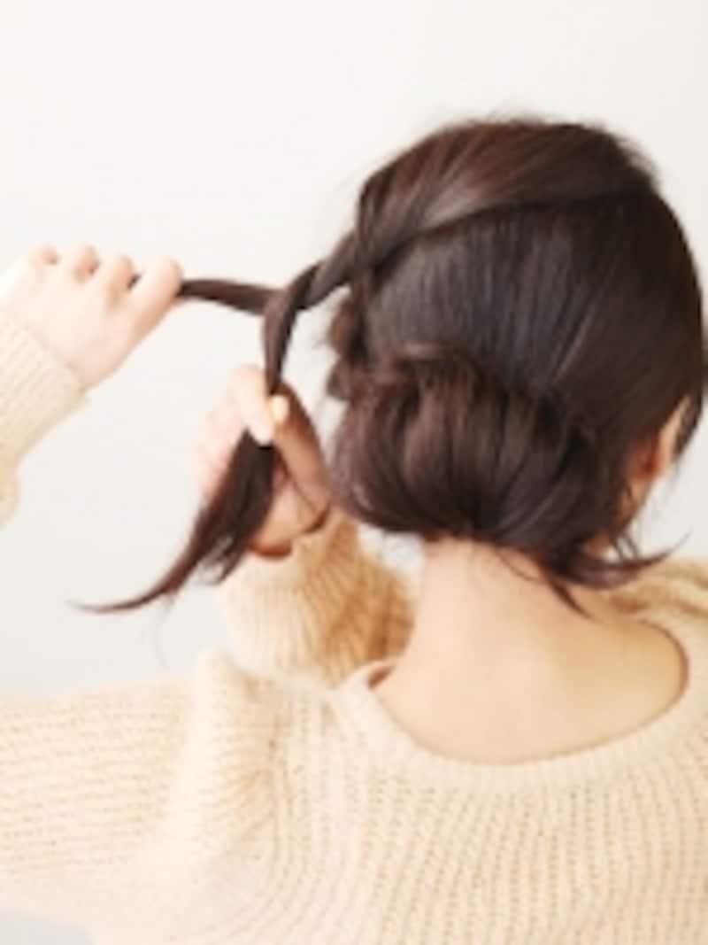 ツイストした髪を耳後ろで固定