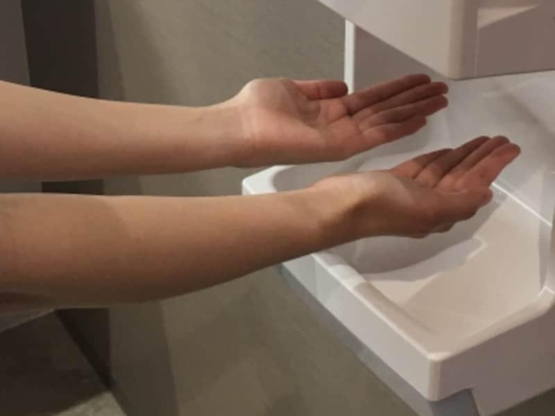 ハンドドライヤーは不衛生?正しい手の乾かし方を検証