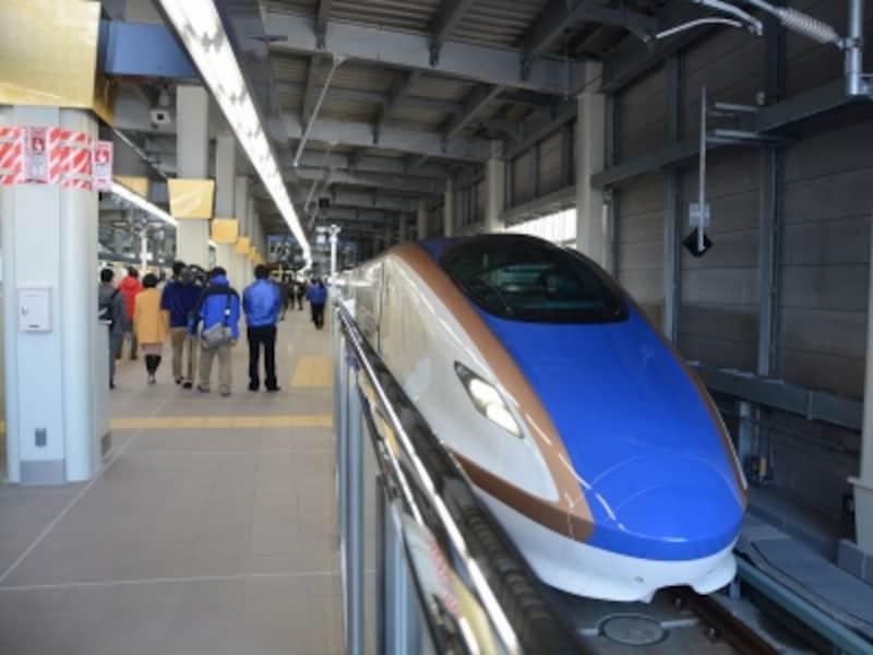 金沢駅で出発を待つE7系
