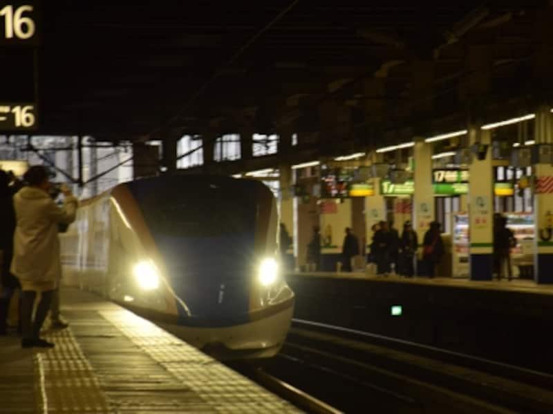 大宮駅に入線する北陸新幹線E7系の車両