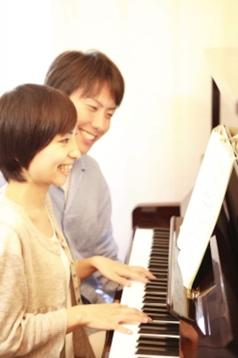 仲間とピアノを楽しむ写真