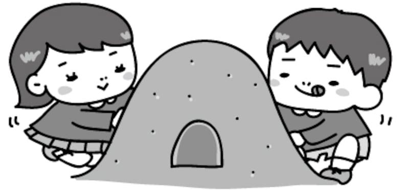 【モノクロ】仲良く砂遊びをする園児たちです。