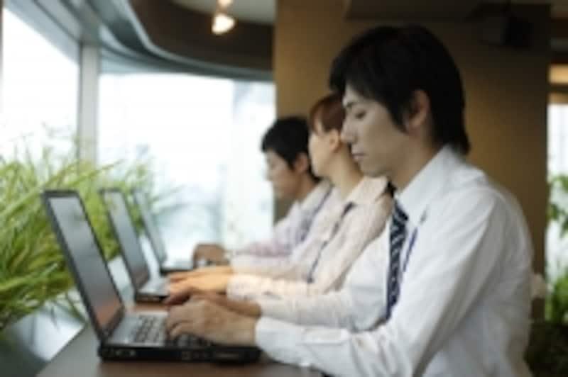 パソコンを使う社会人