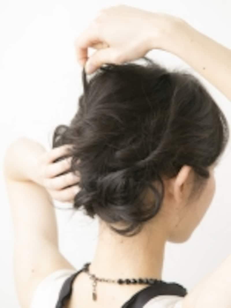 トップの髪をくずして整える
