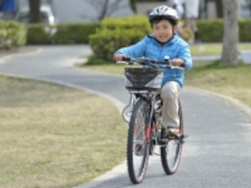 自転車をこぐ子ども
