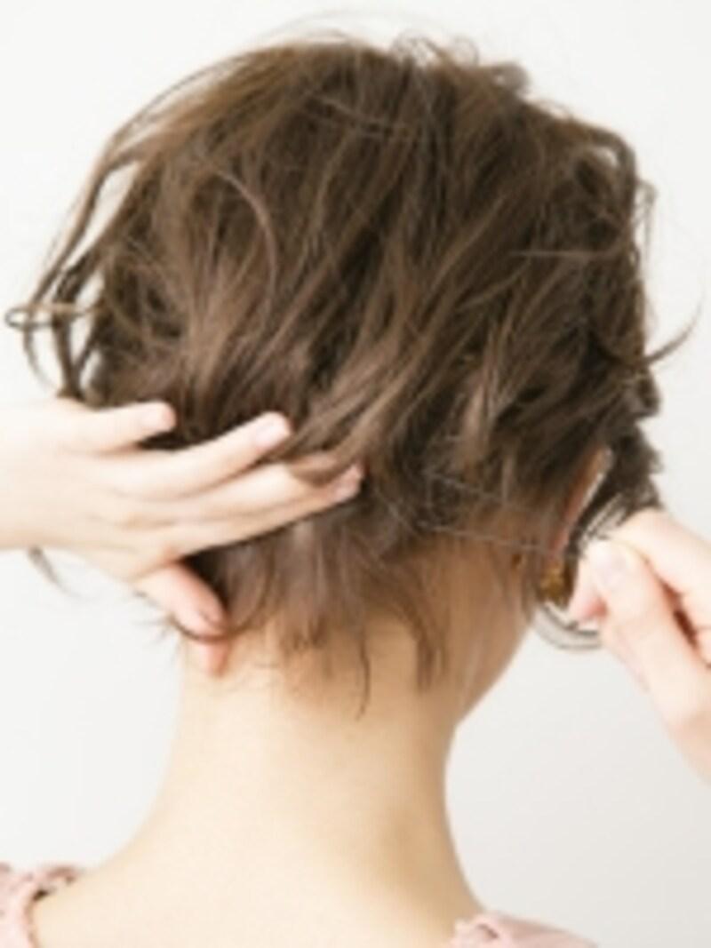 表面の髪をふんわりと留める
