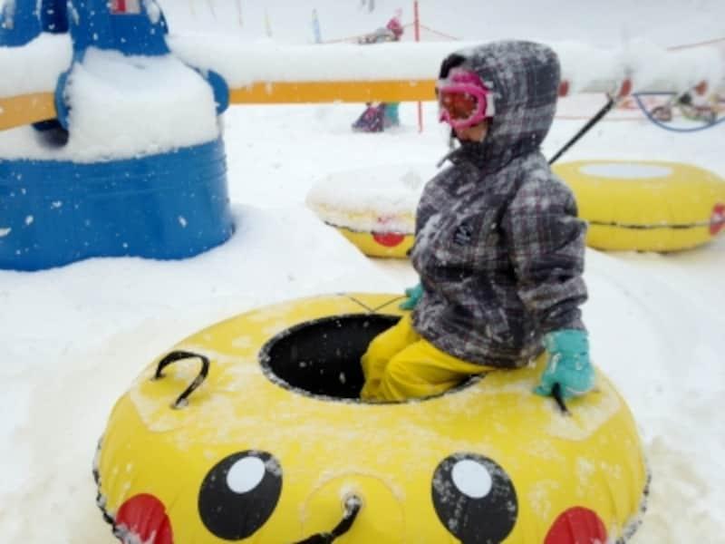 かわいいピカチュウのチューブに乗って楽しめる雪版メリーゴーランド「ボーラーカルーセル」