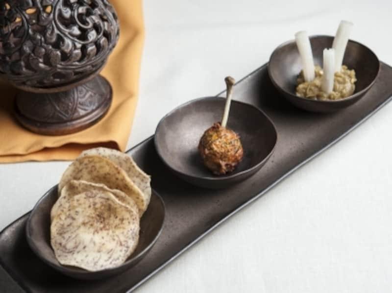 アペリティフの「AromaticTrio」。サイウア(ソーセージ)や、ナムプリック・ヌム(ディップ)など、タイ北部の古都チェンマイをリスペクトした料理が並ぶ