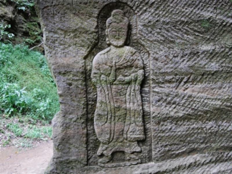 旅人を見守る磨崖仏