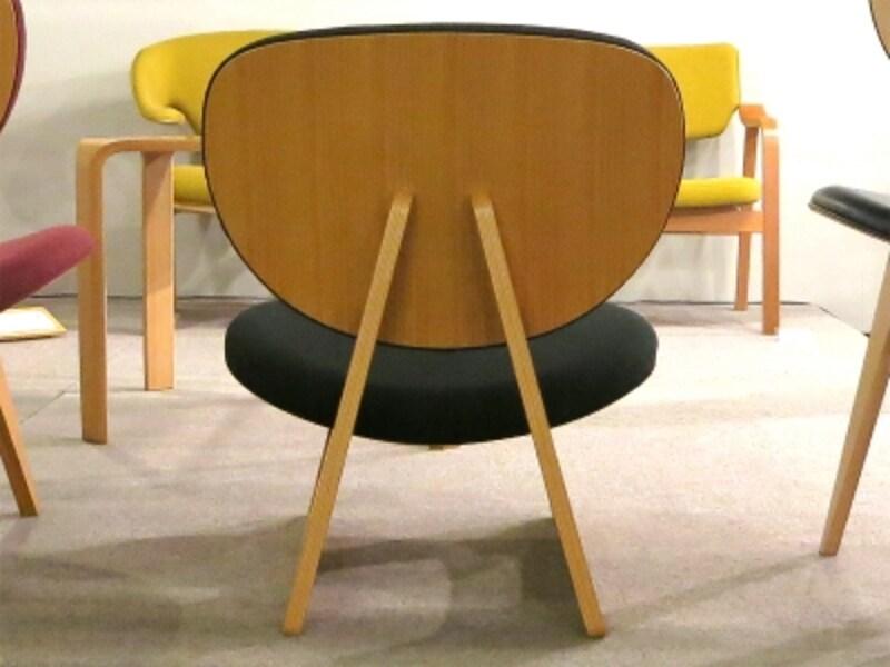 低座椅子の背面の画像