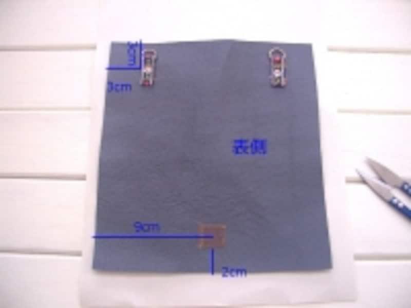 持ち手金具とマジックテープを縫い付ける