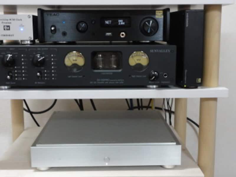 上左がネットワークプレーヤー2種。右の立っている機材がnas。下の機材が高級nasのfidata。