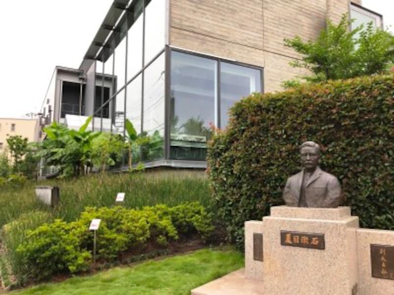 新宿区立漱石山房記念館の全景