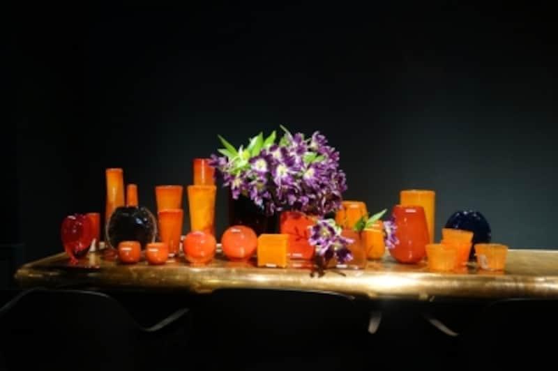 HenryDeanのガラス器。カウンターに並べて印象的なシーンを演出。